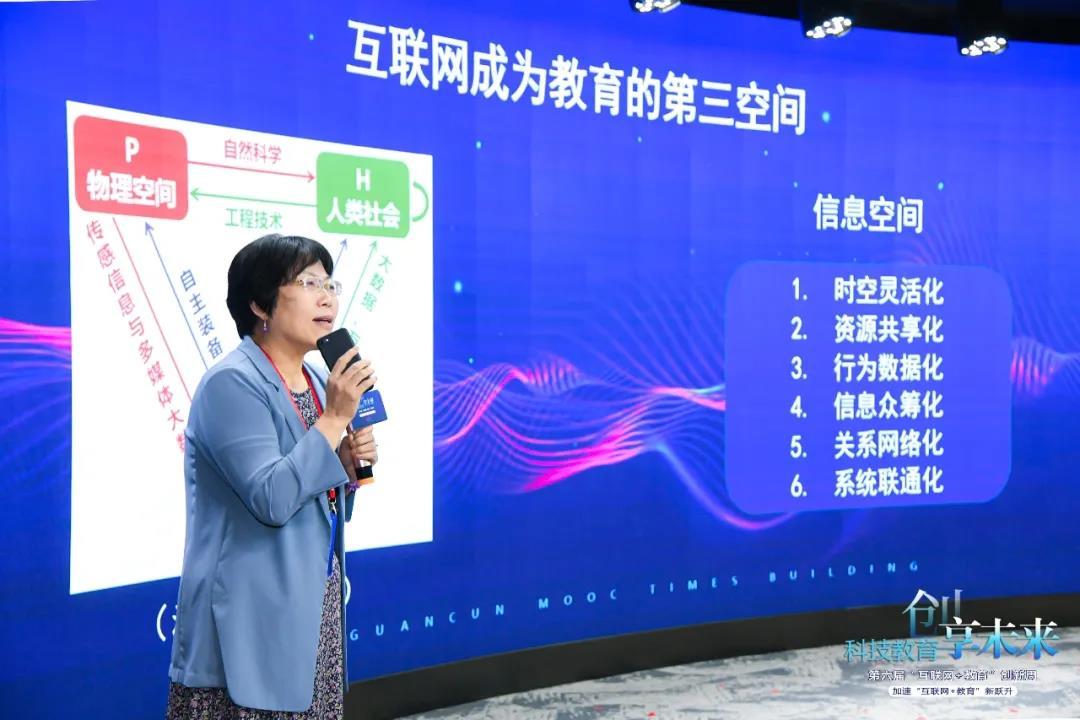 中国的教育信息化总体来讲分两个大阶段,第一个阶段是疫情前,第二个阶段是疫情后,虽然这样划分有一点粗糙,但是大家都会有同感,这次疫情使得我们整个教育领域都开始被迫体验互联网教育,被迫开展在线教育教学的实践。疫情带给整个教育体系最大的收获,就是让我们开始关注互联网这个空间,可以在互联网空间开展教育教学。虽然我们对互联网教育的评价各不相同,但是疫情期间的互联网教育实践确实带动了全社会开始关注互联网为教育带来的改变,使得我们对互联网教育的认识产生了变化。 从目前的教学实践来看,互联网除了可以解决居家隔离时教育教学的困难,共享优质教育资源之外,它更是成为了全新的教育教学空间。互联网和与之相关的信息技术与应用,已经或者正在改变着我们原有的教育组织体系与教学流程。如今的互联网和相应的技术自身带有制度性的特征与文化性的特征,互联网已经成为了一个全新的教育教学空间。